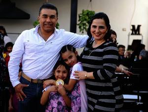 Miguel y Lupita con sus hijos Astrid y María Ángela