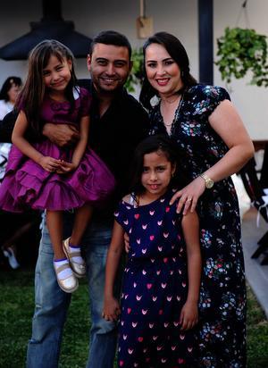 Víctor y Sandra con sus hijos Bárbara y Mary Fer
