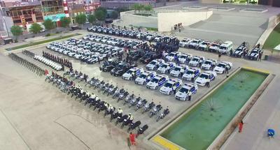 Esta mañana poco antes de las 7: 00 horas, Riquelme Solís encabezó la revisión de los vehículos de la Dirección de Seguridad Pública, Vialidad, Grupo de Armas Tácticas y Especiales del Municipio, (GATEM) y Protección Civil.