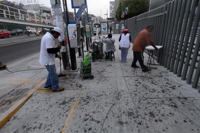 Los poblanos realizaron las labores de limpieza tras la caída de ceniza.