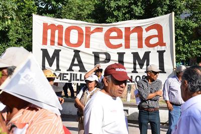 Durante el evento, López Obrador fue abordado por uno de los militantes de Morena en el municipio de Gómez Palacio, para entregarle un documento donde señala algunos actos de corrupción hacia el interior del partido.