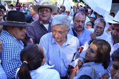 López Obrador convivió con los simpatizantes de Morena en Gómez Palacio.