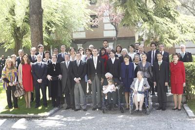 """Tras el discurso con el que clausuró el acto, Felipe VI, junto a la Reina Letizia, acompañó al autor galardonado y a su esposa, Socorro, hasta el patio del edificio histórico de la Universidad de Alcalá para hacerse una """"foto de familia"""", en la que también posaron las autoridades que asistieron al acto."""