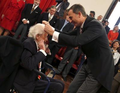 En una ceremonia solemne el rey de España, Felipe VI, le impuso la medalla que le inscribe entre los ganadores de este galardón, cuya entrega coincide con el 400 aniversario de muerte de Miguel de Cervantes.