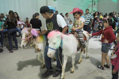 Un paseo en pony fue un excelente regalo para los reyes del hogar.