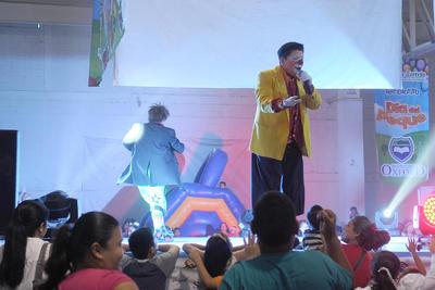 """Chicos y grandes cantaron con los payasitos """"Tomy"""" y """"Cascabelito"""", quienes a su vez estuvieron interactuando con el público y dando regalos a los pequeños."""