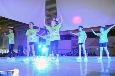 Los asistentes disfrutaron de un baile antes de la presentación del show de los payasitos Tomy y Cascabelito.