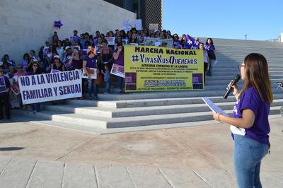 Algunas mujeres del contingente tomaron un micrófono y realizaron recuentos de todos los factores que amenazan al género femenino en México.