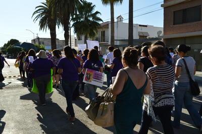Más de 70 mujeres vestidas de color morado recorrieron durante unos 20 minutos la avenida Matamoros, apoyadas por agentes de Tránsito y activistas de otros colectivos culturales.
