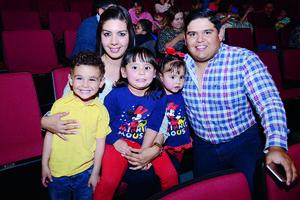 17042016 DISFRUTAN OBRA INFANTIL.  Iñaki, Ana Rosa, Bianca, Carolina y Paco.