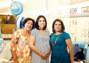 17042016 Con las organizadoras de esta tierna fiesta: su suegra, María del Carmen Orozco, y su mamá, María Magdalena Yáñez.