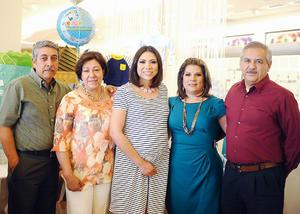 17042016 Vania Rangel con los futuros abuelos, María del Carmen Orozco, Aurelio Alvarado, María Magdalena Yáñez y Jesús Rangel.