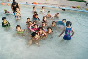 18042016 UN RICO CHAPUZóN.   Niños de 5  y 6 años en sus clases de natación en la alberca de la Sección 35.