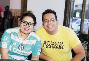 19042016 APOYAN A SU EQUIPO FAVORITO.  Alejandra y Héctor.