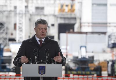 Poroshenko recordó a los trabajadores que arriesgaron sus vidas para responder a la emergencia, a los cientos de miles de desplazados y a los alrededor de cuatro mil muertos.