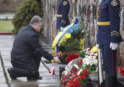 El presidente también depositó una ofrenda floral.