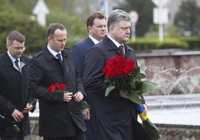 Poroshenko acudió a uno de los monumentos erigidos en honor a las víctimas.
