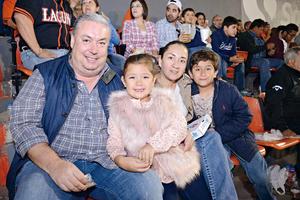 21042016 EN EL BEIS.  Walter, Christianne, Mónica y Gabriel.