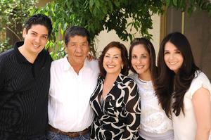 24042016 FESTEJO EN FAMILIA.  Guillermo y Estela acompañados de sus hijos: Memo, Cynthia y Pamela.