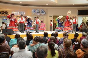 24042016 Los presentes disfrutaron un gran espectáculo.