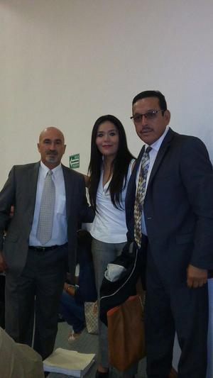 24042016 EN RECIENTE EVENTO.  Martín González, Miriam y Francisco Ríos.
