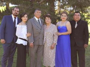 24042016 BODAS DE ORO.  Antonio Espino y Manuela Ortega celebraron 50 años de casados. En la imagen, los acompañan sus hijos: Carlos, María Elena, Liliana y Antonio.