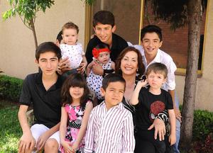 26042016 EN FAMILIA.  Estela acompañada de sus nietos.