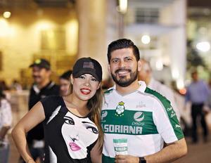 27042016 APOYAN AL SANTOS.  Oleyda y Sergio.