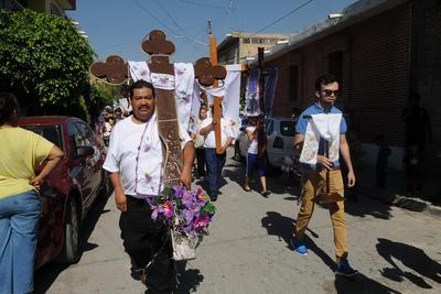 Los albañiles tomaron la celebración como propia debido a una leyenda que cuenta que en un poblado de Tabasco realizaban una procesión con una cruz, pero al final la cruz siempre regresaba a su lugar de origen.