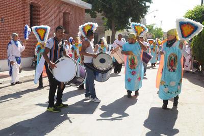 Vecinos de diversas colonias al poniente de Torreón festejaron el Día de la Santa Cruz.