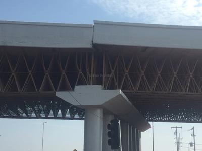 La estructura de acero y concreto de este puente construido por la SCT hace alrededor de 25 años, cedió y presenta un desnivel de alrededor de dos metros.