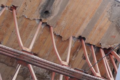 El puente tiene fallas en aceros a manera de cuneta.