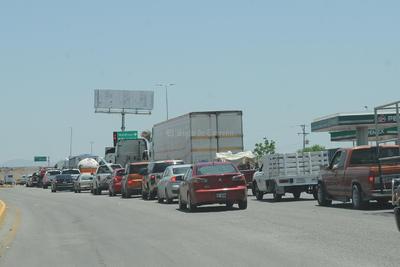 Unidades de carga y coches se cruzan para pasar.