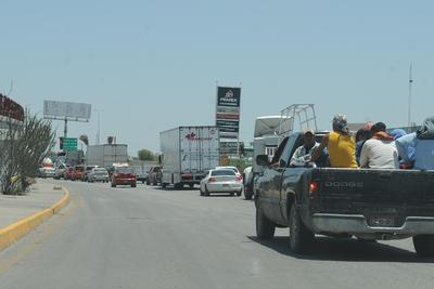 En el caso del sentido a Gómez Palacio representa un problema mayor; todas las unidades deben de unirse en sólo dos filas a la altura de la Feria de Torreón.