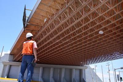 Iniciaron los peritajes tras los daños sufridos en el puente Villa Florida del Periférico de Torreón.