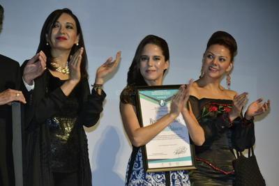 En todo momento la actriz originaria de Cancún se mostró sonriente con su público que no paraba de ovacionarla.