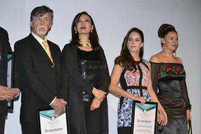 Los hermanos De Anda, al igual que Ana Claudia Talancón recibieron un reconocimiento por ser partícipes del '8 FCM'.