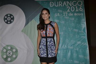 En la inaguruación, Talancón lució su belleza ante la prensa local.