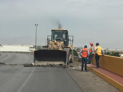 Maquinaria necesaria para las labores llegó hasta la parte superior del puente.