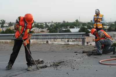 Estas labores durarán una semana y enseguida se empezará a retirar con equipo de martillos neumáticos demoledores la losa del lado norte por lo que los pedazos de escombro caerán hacia esa parte.