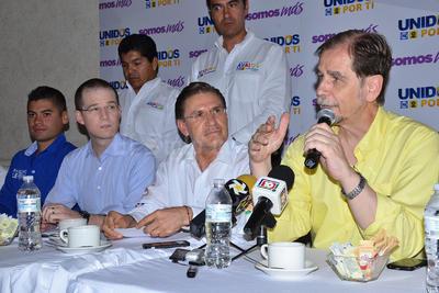Aispuro estuvo acompañado de los dirigentes nacionales de los partidos que representa.