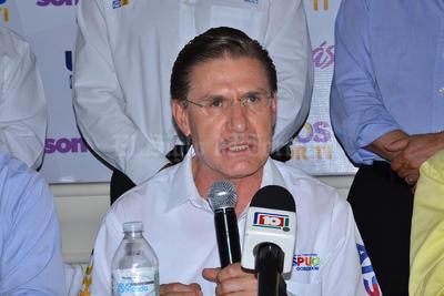 El candidato a la gubernatura, José Rosas Aispuro, durante la rueda de prensa que se ofreció.