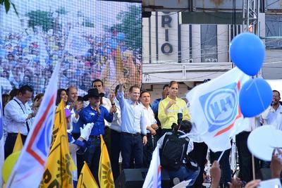 Los dirigentes nacionales del PAN, Ricardo Anaya Cortés; y del PRD, Agustín Basave, asistieron al evento para apoyar a sus candidatos.