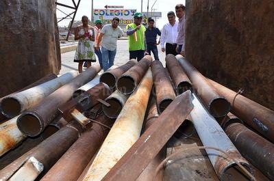 Trabajadores empezaron a retirar 40 toneladas del material viejo.
