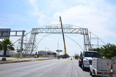 Los trabajadores son apoyados en grandes grúas industriales quitan pedazo a pedazo, ya que trabajan a una altura de 40 metros.