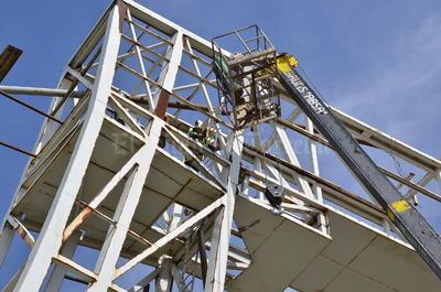 Así, alrededor de 40 toneladas del material viejo, oxidado, tubos parchados con soldadura, perfiles muy delgados, son retirados por un grupo de 20 trabajadores de una empresa particular.