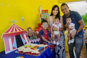 08052016 MUCHAS FELICIDADES.  Alonso Aguirre y su esposa Alondra Ibarra festejando el cumpleaños de su hijo, Damián, en compañía de sus hermanas, Bárbara y Victoria.