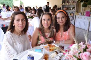 29052016 EN UNA PRIMERA COMUNIóN.  Lourdes, Susy y Mónica.