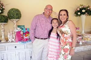 08052016 CELEBRA EN FAMILIA.  Mary Gaby García Anaya junto a sus papás, Juan Manuel García y Susy Anaya.