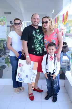 29052016 EVENTO ESCOLAR.  Gaby, Alfredo, Gaby y Matías.